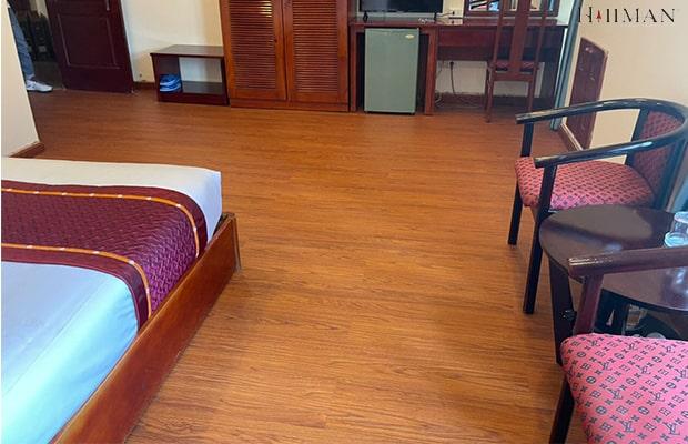 Sự kết hợp hài hòa giữa tông màu đỏ của nền sàn gỗ với nội thất hiện đại